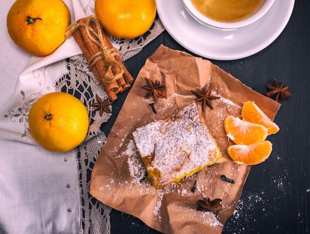 Mandarinentorte mit puderzucker bestreut