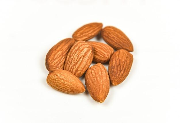 Mandel lokalisiert / nüsse auf natürlichem proteinlebensmittel des weißen hintergrundes und für snack