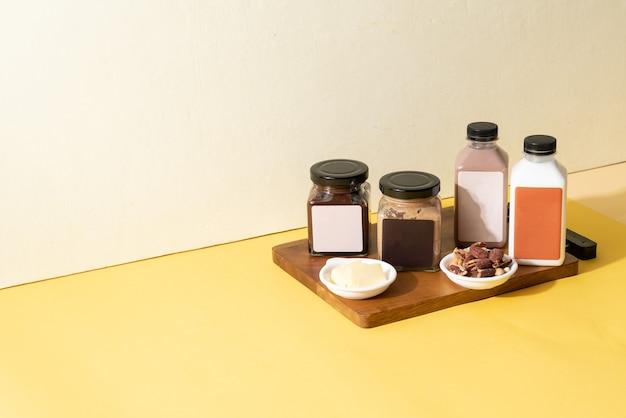 Mandelbutteraufstrich und mandelschokoladenbutteraufstrichglas mit mandelmilch und mandelschokoladenmilchflasche