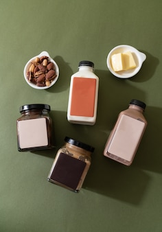 Mandelbutteraufstrich und mandelschokoladenbutteraufstrichglas mit mandelmilch