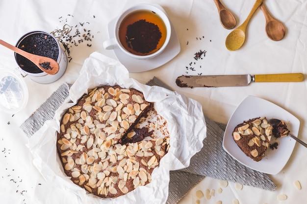 Mandelkuchen, tee und holzlöffel