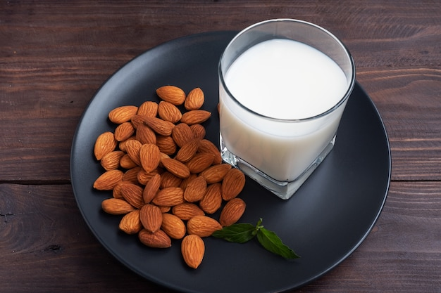 Mandelmilch im keramikmilchkrug