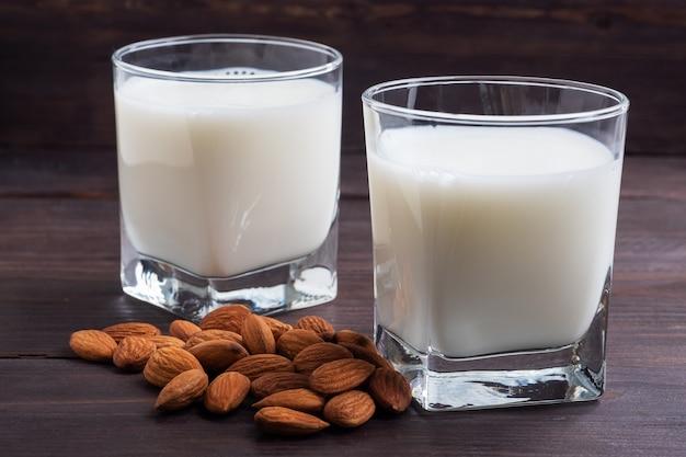 Mandelmilch in glasgläsern auf einem holztisch.