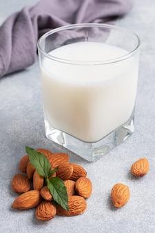 Mandelmilch in glasgläsern auf grauem hintergrund