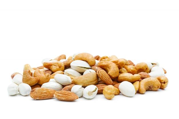 Mandeln pistazie und cashewnüsse in einem sack auf einem weißen isoliert