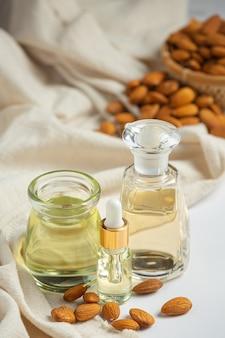 Mandelöl in der flasche auf weißem hintergrund