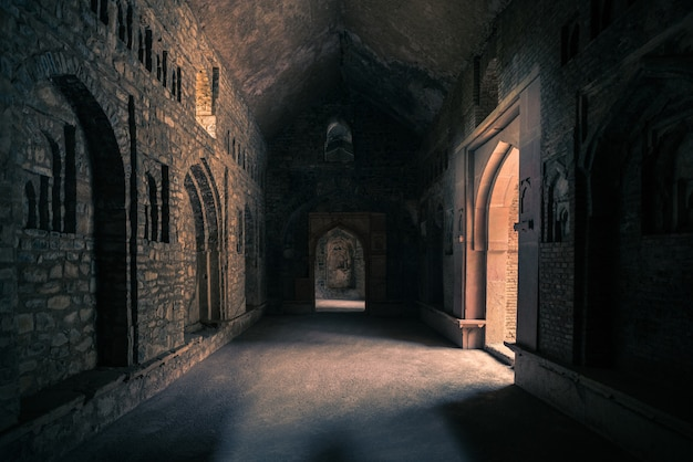 Mandu india, afghanische ruinen des islam, palastinnenraum, moscheendenkmal und moslemisches grab.