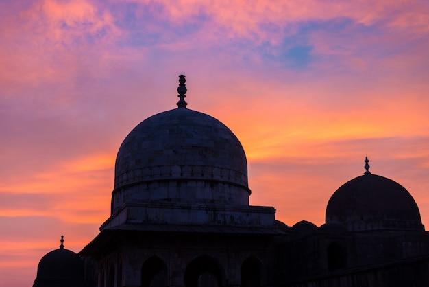 Mandu india, afghanische ruinen des islamischen königreichs, moscheendenkmal und moslemischer tom