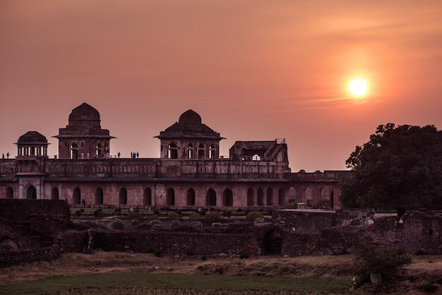 Mandu india, afghanische ruinen des islamischen königreichs, moscheendenkmal und moslemisches grab. bunter himmel am sonnenaufgang.