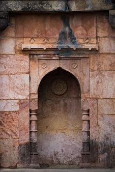 Mandu india, afghanische ruinen des islamischen königreichs, moscheendenkmal und moslemisches grab