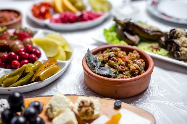 Mangal salat aubergine knoblauch basilikum zwiebel tomaten pfeffer seitenansicht