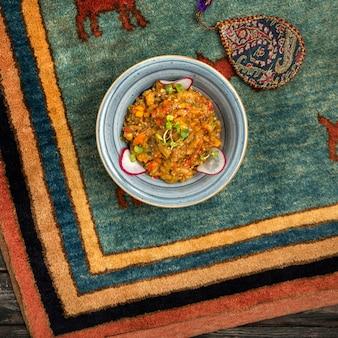 Mangalsalat auf dem tisch