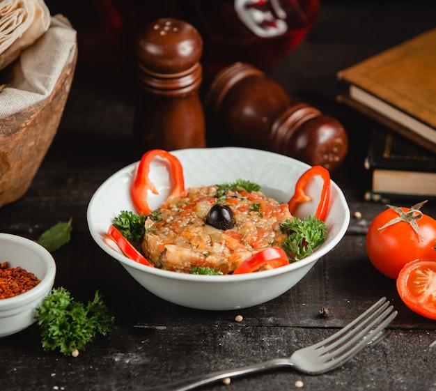 Mangalsalat mit frischem gemüse