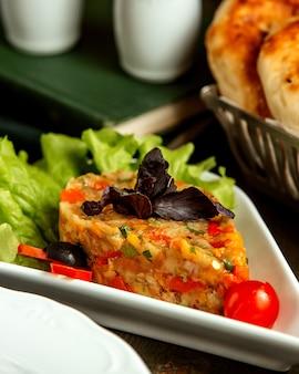 Mangalsalat mit geräucherter auberginen-tomaten-paprika-zwiebel und kräutern