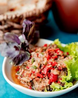 Mangalsalat serviert mit salat und gemüse