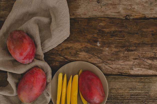 Mango auf dem tisch