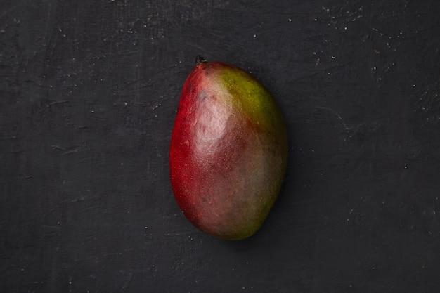 Mango auf einer dunklen struktur