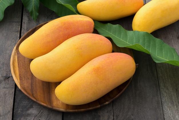 Mango auf holz