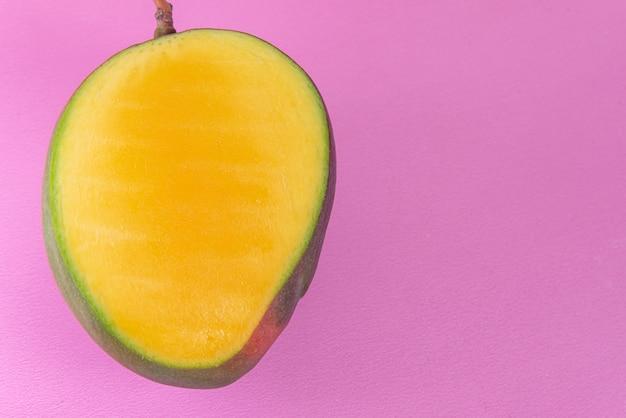 Mango auf rosa hintergrund
