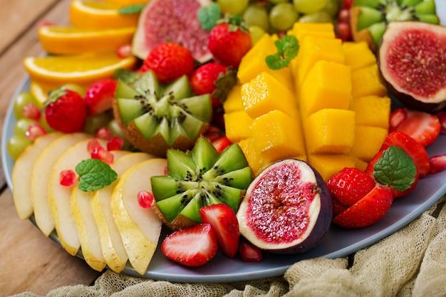 Mango, kiwi, feige, erdbeere, trauben, birne und orange
