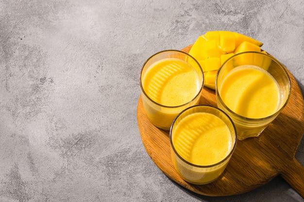 Mango lassi, joghurt oder smoothie. draufsicht auf das beliebte indische sommergetränk
