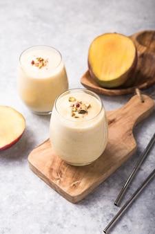 Mango lassi, joghurt oder smoothie. gesundes probiotisches kaltes sommergetränk