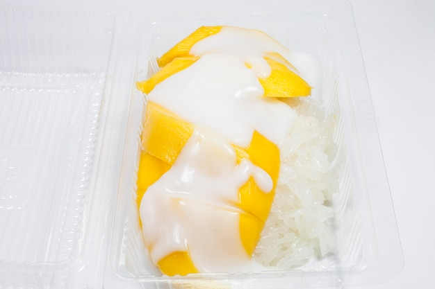 Mango mit klebreis auf weißem hintergrund.