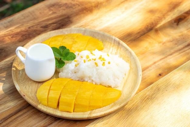 Mango mit klebrigem reis. favorit thailändischer nachtisch in der sommersaison. süß und frisch schmecken.