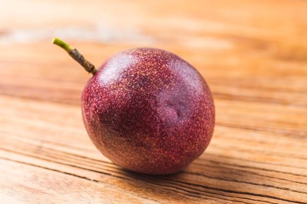 Mango mit passionsfrucht-smoothie mit frischen zutaten