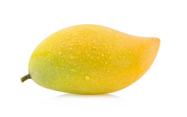 Mango mit wassertropfen lokalisiert auf weißem hintergrund