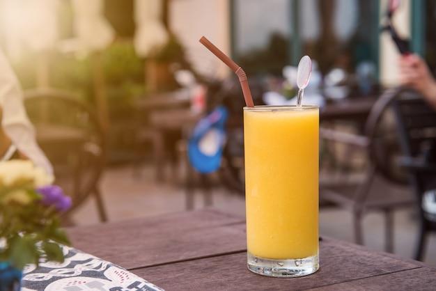 Mango-smoothie, frappe und gemischter süßer saft zum trinken
