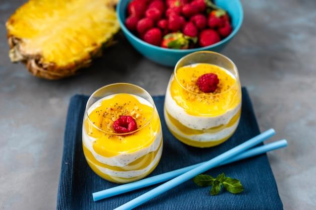 Mango smoothie mit joghurt in zwei gläsern