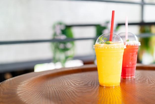 Mango smoothies glas im café