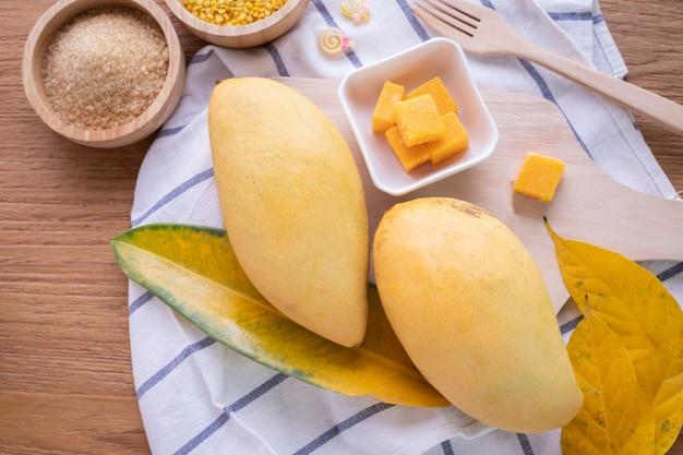Mango. tropische früchte auf einem hölzernen hintergrund. draufsicht