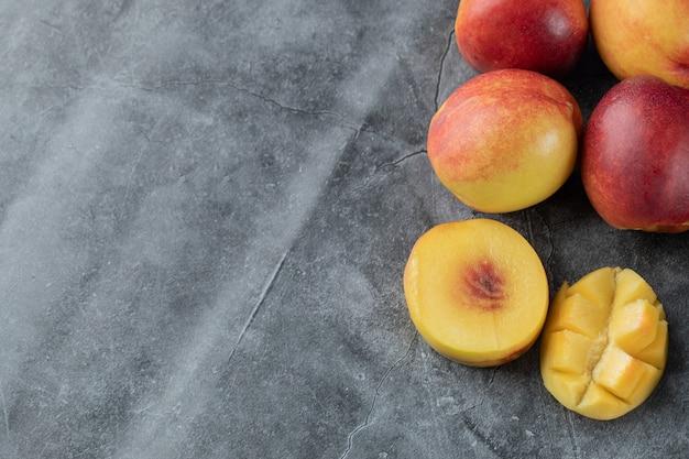 Mango und pfirsiche auf grau
