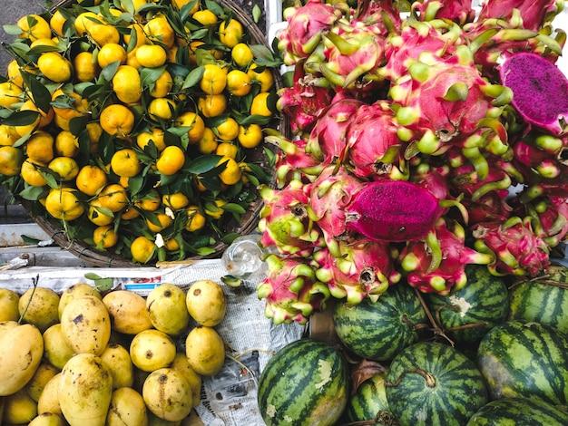 Mango, wassermelone, mandarinen und drachenfrucht antenne