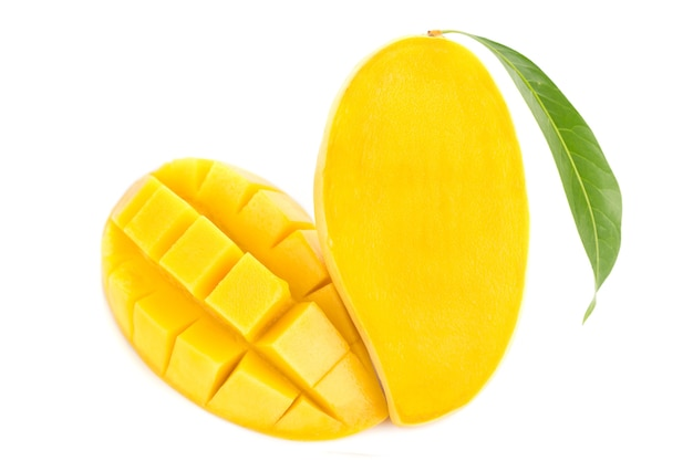 Mangofrucht lokalisiert auf weißem hintergrund.