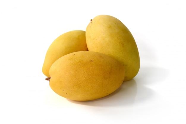 Mangofrucht lokalisiert auf weißem hintergrund