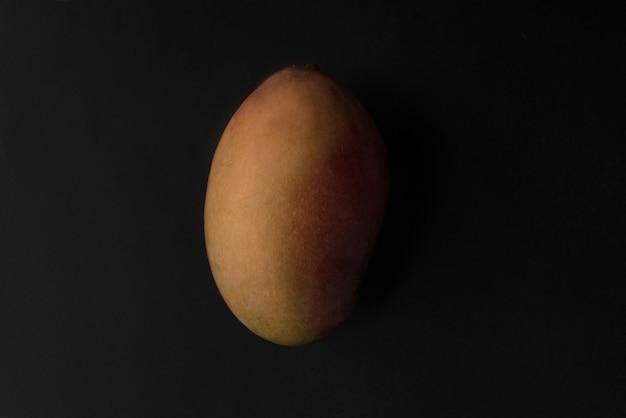 Mangofrucht über schwarz