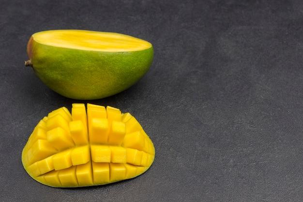 Mangofrucht und gewürfelte mangostücke. gesunde ernährung. draufsicht. speicherplatz kopieren. Premium Fotos