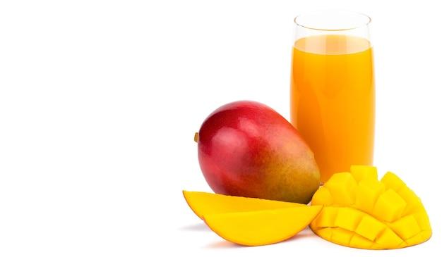 Mangosaft mit mangoscheibe isoliert auf weiß. glas mangosaft.
