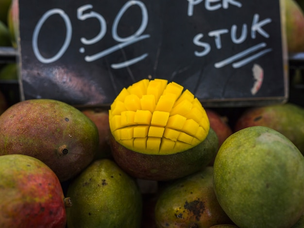 Mangoscheibe geschnitten auf würfel im markt