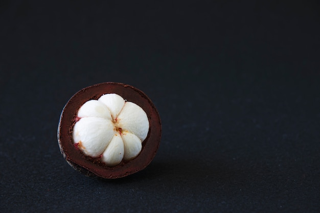 Mangostan thailändische volksfrüchte - eine tropische frucht mit süßen, saftigen, weißen fleischsegmenten in einer dicken, rotbraunen schale.