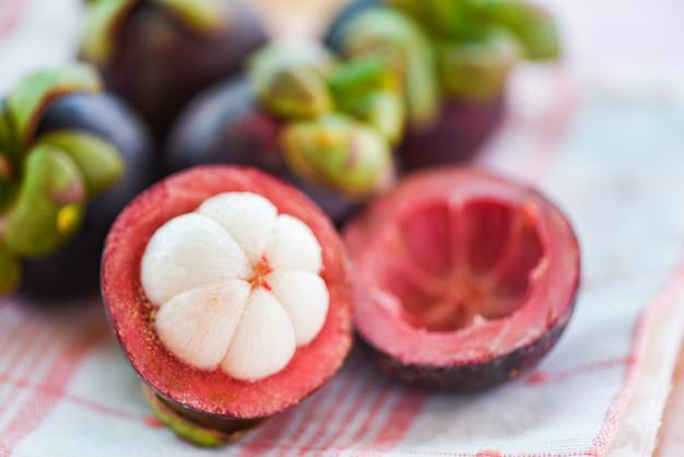 Mangostanfrucht abgezogen auf sommerfrucht - frische mangostanfrucht vom garten thailand, königin der frucht gesund