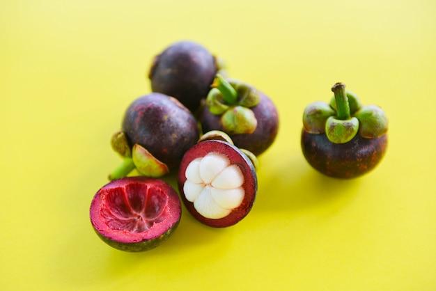 Mangostanfrucht abgezogene sommerfrucht - frische mangostanfrucht vom garten thailand, königin der frucht gesund