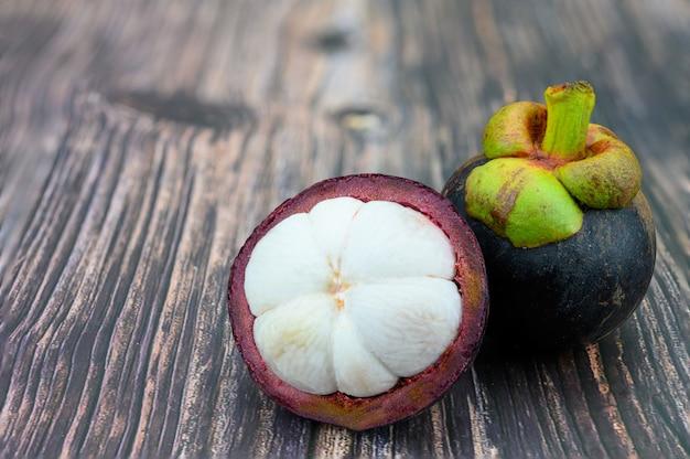 Mangostanfrucht auf holztisch