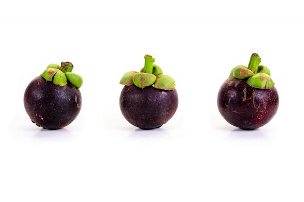 Mangostanfrucht auf weißem hintergrund