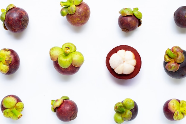 Mangostanfrucht lokalisiert auf weiß