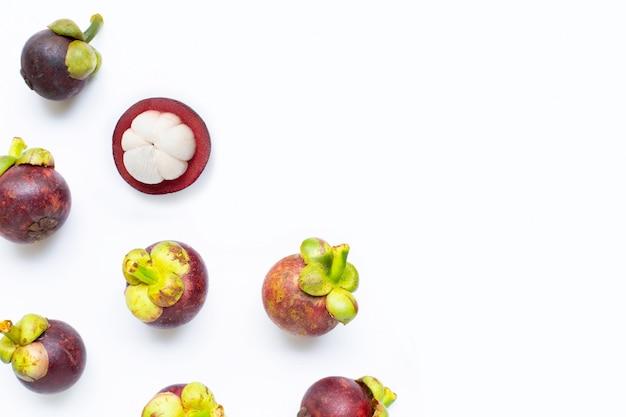Mangostanfrucht lokalisiert auf weiß.