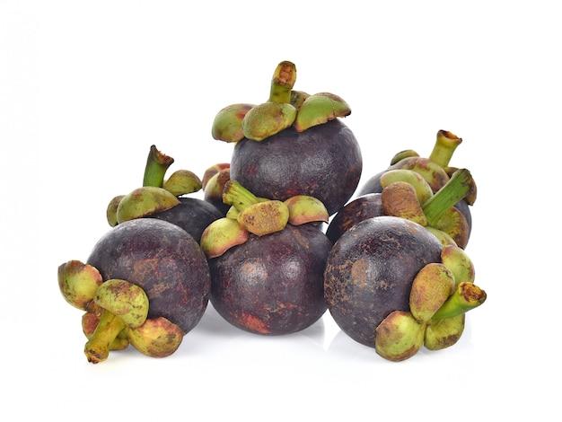 Mangostanfrucht lokalisiert auf weißem hintergrund.